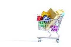 Wózek na zakupy, tramwaj z pudełkami kolorowi prezenty odizolowywający na bielu Obrazy Royalty Free