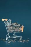 Wózek na zakupy wypełniający z złotymi monetami Zdjęcie Royalty Free