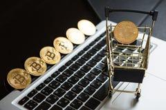 Wózek na zakupy z bitcoin na laptopie Fotografia Royalty Free