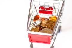 Wózek na zakupy z euro monetami, symboliczna fotografia dla nabywać p Zdjęcie Stock