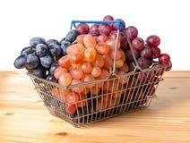 Wózek na zakupy z gałązkami winogrono odizolowywa na białym backgroun Zdjęcie Royalty Free