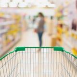 Wózek na zakupy z kobieta zakupy w supermarkecie Zdjęcie Royalty Free