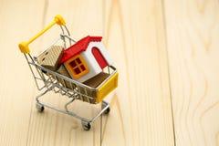 Wózek na zakupy z małym domem, zakupy, czynsz, pożyczka, hipoteka, obrazy royalty free