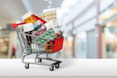 Wózek Na Zakupy z pigułkami odizolowywać na tle Fotografia Stock