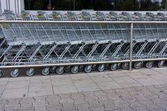 Wózek na zakupy zakupy tramwaj, zakupy biznesu pojęcie obrazy royalty free