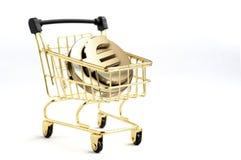 Wózek na zakupy zawiera 3d euro monety symbol inside, odizolowywa Obrazy Stock
