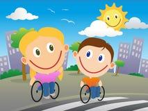 Wózków inwalidzkich dzieci krzyżuje drogę Zdjęcia Stock