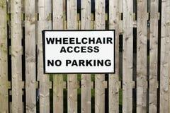 Wózka inwalidzkiego dostęp żadny parking obezwładniał kierowcy samochodowy tylko szyldowego obraz royalty free