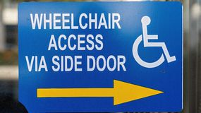 Wózka inwalidzkiego dostępu znak Na miasto sklepu okno zdjęcie royalty free