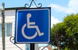 Wózka inwalidzkiego krzyża znaka niepełnosprawny dostępny Obraz Royalty Free