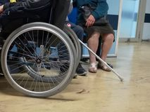 Wózka inwalidzkiego pacjent w klinice fotografia stock