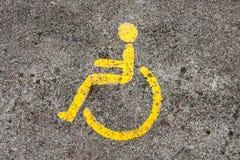 Wózka inwalidzkiego symbol na spaceru sposobie w ther ogródzie obraz stock