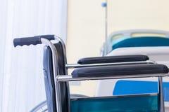 Wózki inwalidzcy czeka usługa na sala szpitalnej z słońca światłem obraz stock