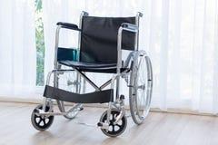 Wózki inwalidzcy czeka usługa na sala szpitalnej z słońca światłem zdjęcia royalty free