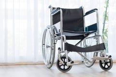 Wózki inwalidzcy czeka usługa na sala szpitalnej z słońca światłem obrazy royalty free