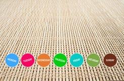 Wöchentlicher Knopf auf Bambusmattem Stockfoto