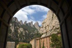 Wölben Sie Ansicht von gezackten Bergen in Katalonien, Spanien und die Benediktiner-Abtei bei Montserrat, Santa Maria de Montserr Lizenzfreie Stockfotografie