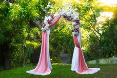 Wölben Sie sich für die Hochzeitszeremonie im tropischen Garten Floristisch Lizenzfreie Stockbilder