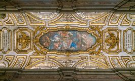 Wölbung in der Basilika von Santa Croce in Gerusalemme Schöne alte Fenster in Rom (Italien) stockbilder