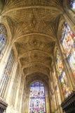 Wölbung und bunte Gläser der Kapelle in König ` s College in der Universität von Cambridge Stockfotos