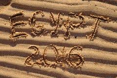 Wörter Ägyptens 2016 geschrieben auf rohen Sand am Strand Stockbilder