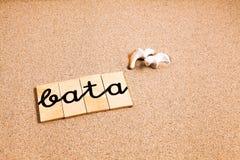 Wörter auf Sand Bata Stockfotos