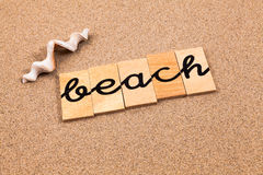 Wörter auf Sandstrand Stockbild