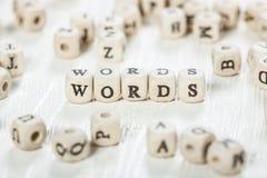 Wörter fassen geschrieben auf hölzernen Block ab Stockfotos