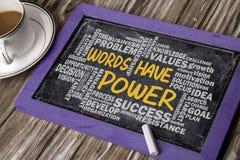 Wörter haben Energie mit in Verbindung stehender Wortwolken-Handzeichnung auf blackbo Stockfoto