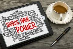 Wörter haben Energie mit in Verbindung stehender Wortwolken-Handzeichnung auf Tablette Lizenzfreies Stockfoto