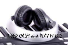Wörter halten Ruhe und Spielmusik Lizenzfreie Stockfotografie
