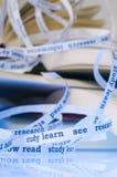 Wörter kommen von den Büchern heraus Stockbilder