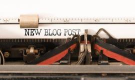 Wörter NEUER BLOG-BEITRAG geschrieben auf Weinleseschreibmaschine Lizenzfreie Stockfotos
