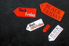 Wörter schwarzer Freitag auf farbigen Aufklebern auf schwarzem copyspace Draufsicht des Hintergrundes Stockbilder