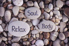 Wörter Seele, Körper und Relax geschrieben auf Steine Stockfotos