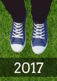 2017 Wünsche des neuen Jahres mit tragenden Turnschuhen des Jugendlichen Stockbilder