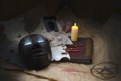 Wünschen Sie das beste Halloween, die magische Maske, die alten Runen und ein Bannbuch - alle, die Sie benötigen Stockfoto