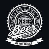 Wünschte eine Frau, die immer Bier in der Haus-T-Shirt Art hält Stockbilder