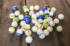 Würden Sie gerne einen Marmor spielen? Bunte bunte Marmore, Marmor und Marmormalereien, schöne Marmormalereien Lizenzfreies Stockfoto