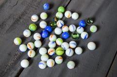 Würden Sie gerne einen Marmor spielen? Bunte bunte Marmore, Marmor und Marmormalereien, schöne Marmormalereien Lizenzfreie Stockfotos