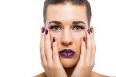 Würdevolle attraktive Frau mit den purpurroten Lippen und den Nägeln lizenzfreie stockbilder