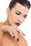 Würdevolle attraktive Frau mit den purpurroten Lippen und den Nägeln stockfotografie