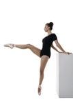 Würdevolle Ballerina probt, lokalisiert auf Weiß Lizenzfreies Stockfoto