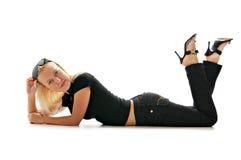 Würdevolle Blondine in den Sonnenbrillen Stockfoto