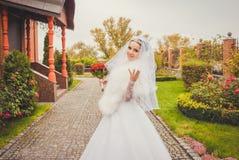 Würdevolle Braut in Herbst Park Sinnliche Hochzeit lizenzfreies stockbild