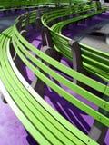 Würdevolle grüne Bänke Stockbilder