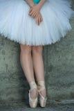 Würdevoller Tänzer mit dem blonden Haar auf dem Hintergrund Stockfotografie