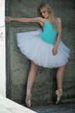 Würdevoller Tänzer mit dem blonden Haar auf dem Hintergrund Stockbilder