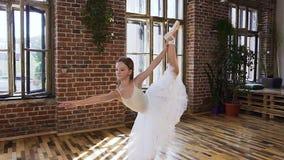Würdevolles jugendlich klassisches Ballett der Übung des Mädchens in der Sportschule Flexibilitätsübungstraining Junge Ballerina stock video