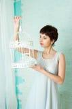 Würdevolles Mädchen in einem Pastellinnenraum Stockfotografie